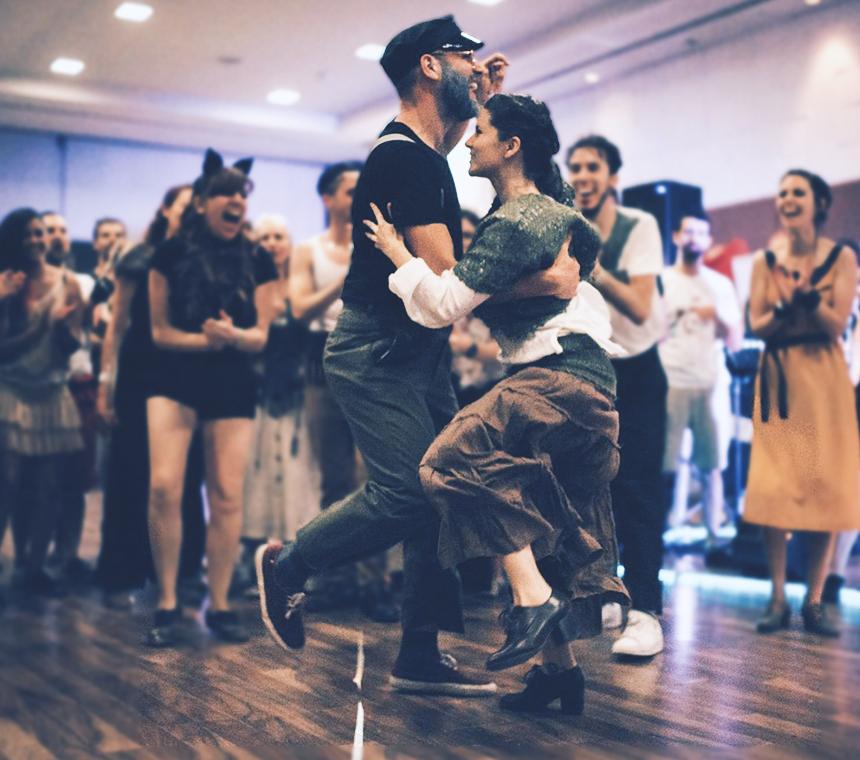 Pareja de bailarines bailando shag durante un festival de swing